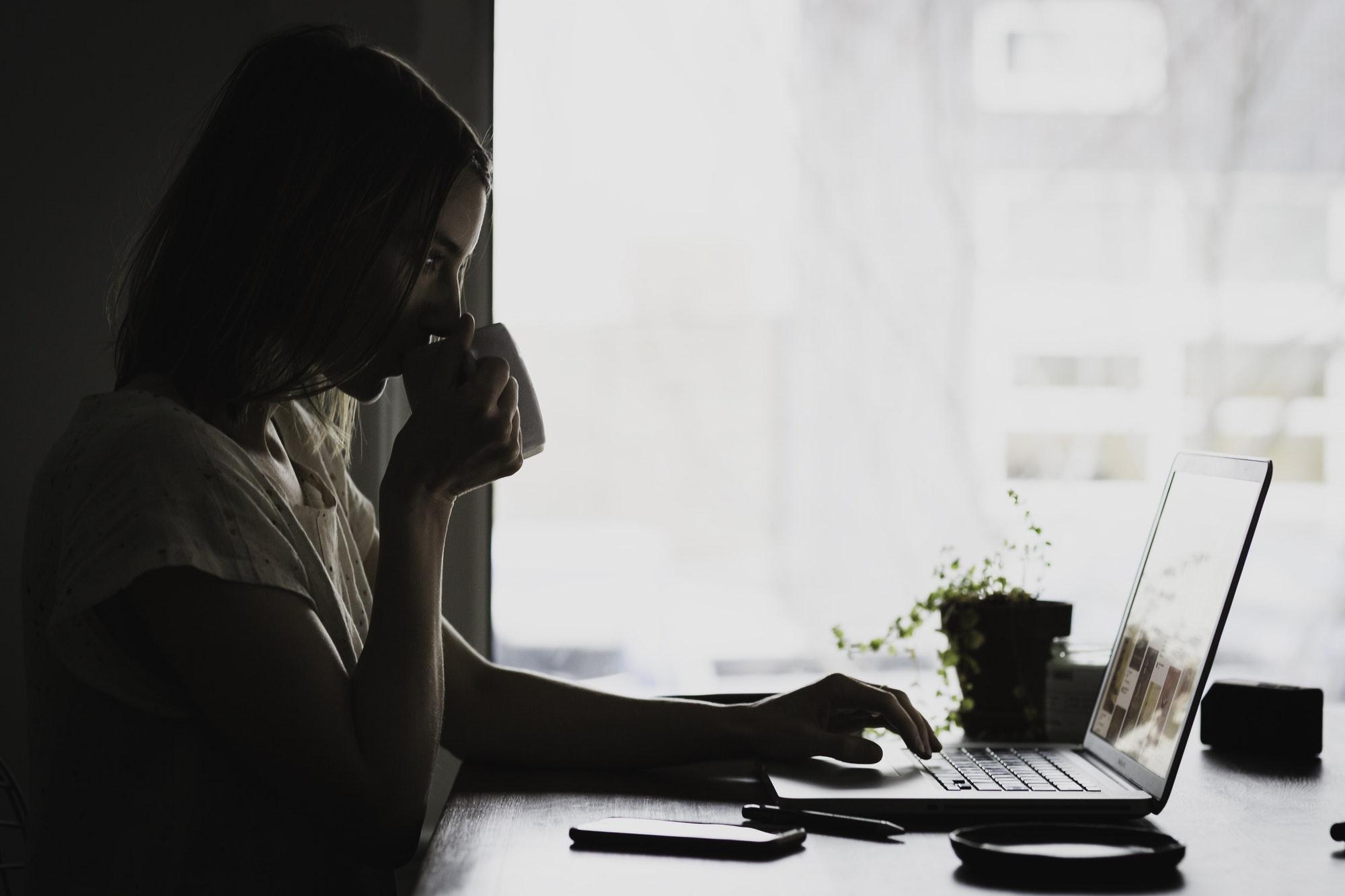 konsantre nedir, çalışan kadın