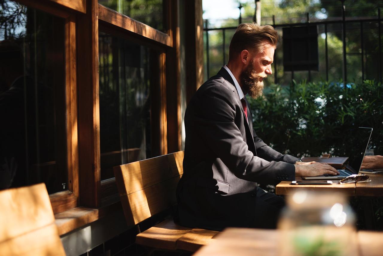 dizüstü bilgisayar karşısında oturan adam