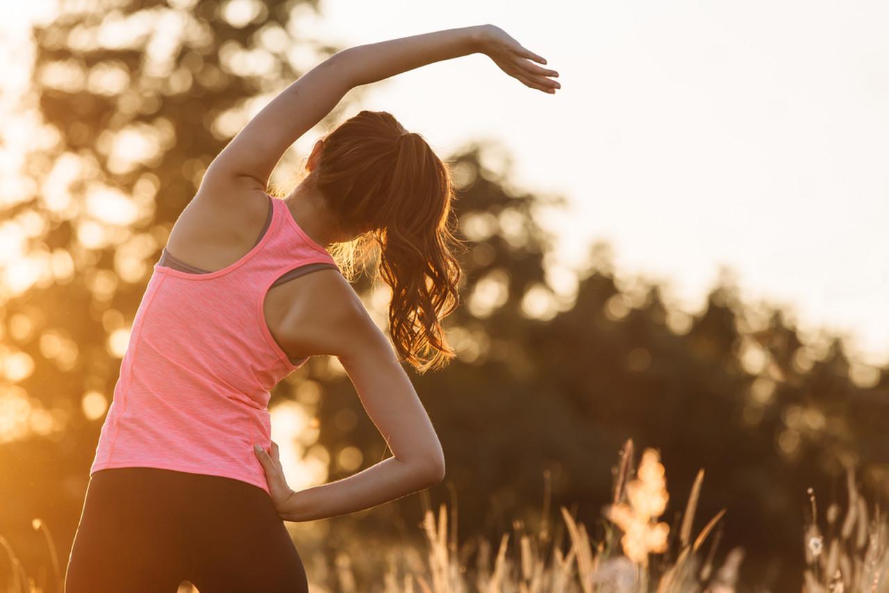 basit esneme egzersizi yapan kadın