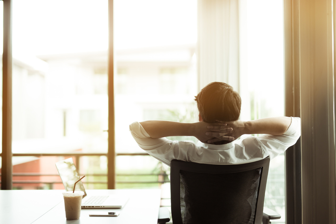 ofiste rahatlayan adam, rahatlama teknikleri