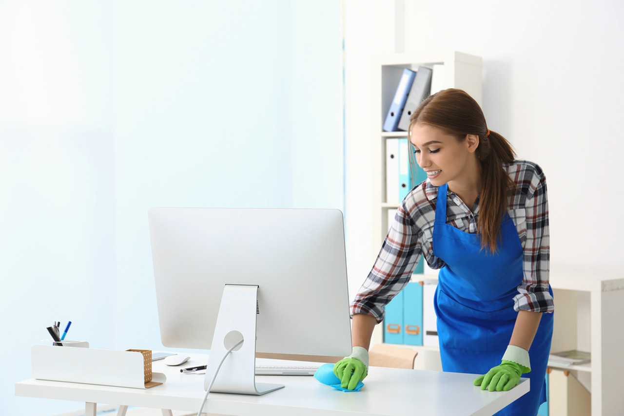 ofis temizleyen kadın, ofis temizliği